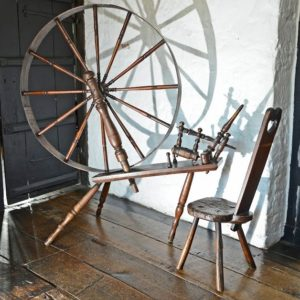 A spinning wheel at the Black and White House museum